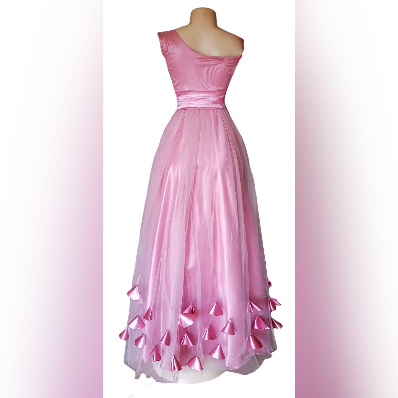 Vestido de dama de honra cor de rosa longo 4 vestido de dama de honra longo, cor rosa de tule com um unico ombro , corpete reunido, cinto de cetim , detalhado com rosas e pétalas.