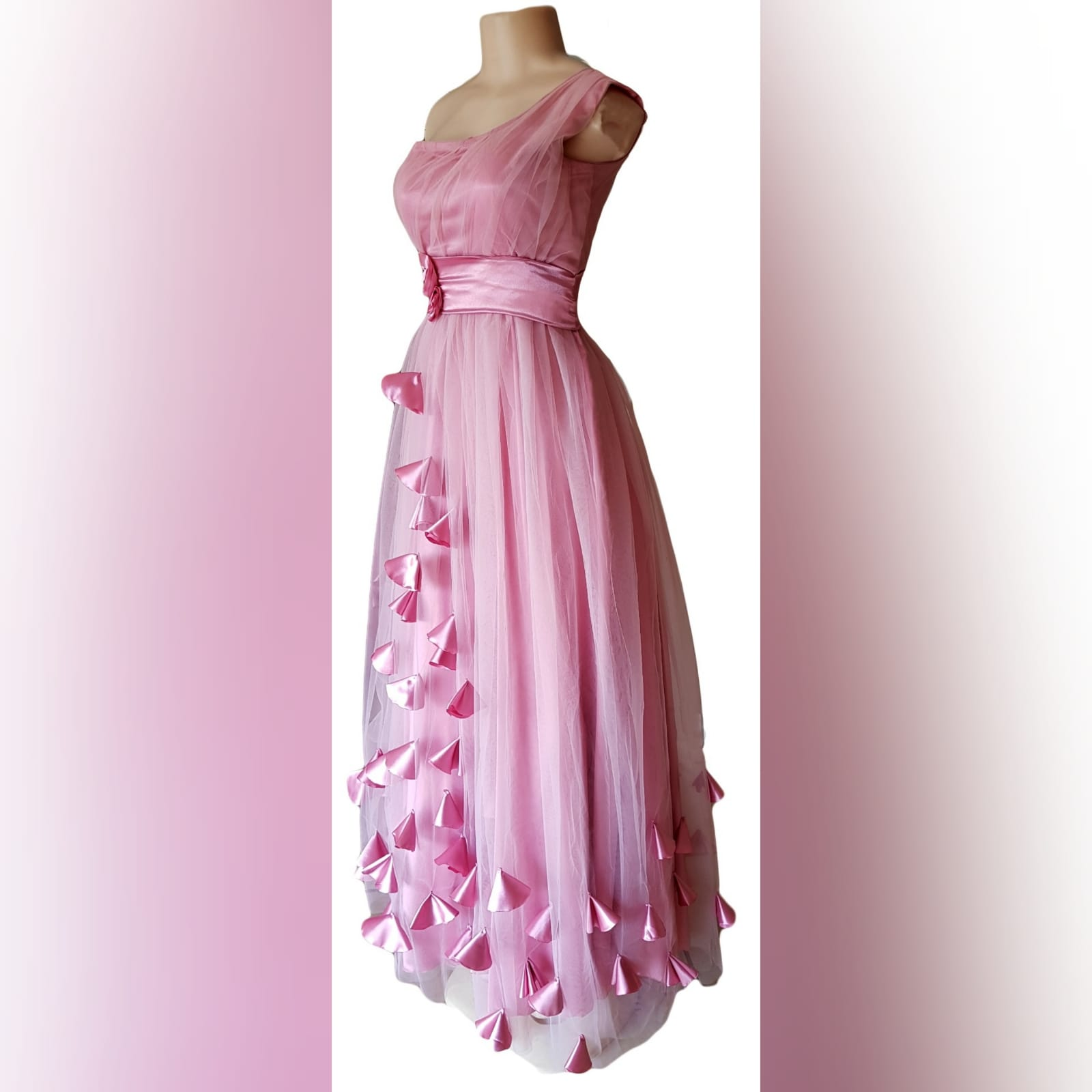 Vestido de dama de honra cor de rosa longo 6 vestido de dama de honra longo, cor rosa de tule com um unico ombro , corpete reunido, cinto de cetim , detalhado com rosas e pétalas.
