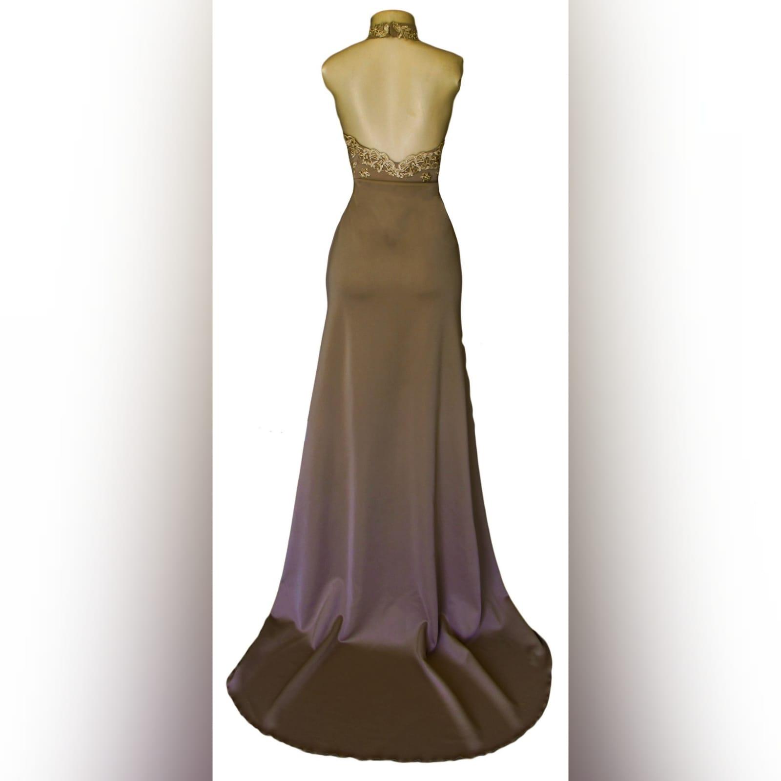 Vestido de graduação longo cor bronzeado 5 vestido de graduação longo cor bronzeado e dourado com corpete de gargantilha de renda, com abertura de decote em lágrima. Com um v aberto a trás. Uma cauda e uma racha alta cruzada.