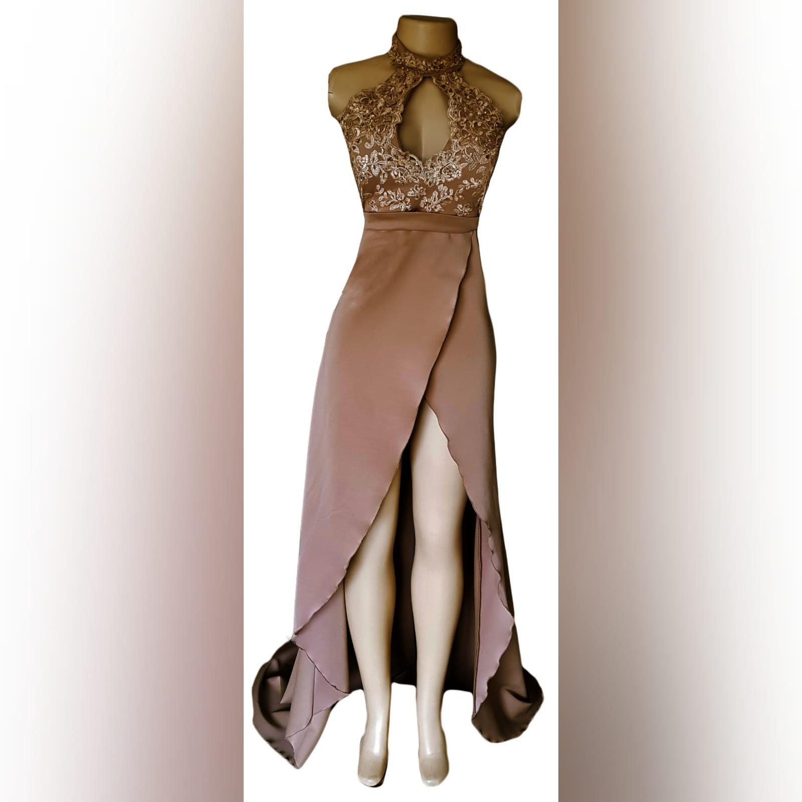Vestido de graduação longo cor bronzeado 3 vestido de graduação longo cor bronzeado e dourado com corpete de gargantilha de renda, com abertura de decote em lágrima. Com um v aberto a trás. Uma cauda e uma racha alta cruzada.