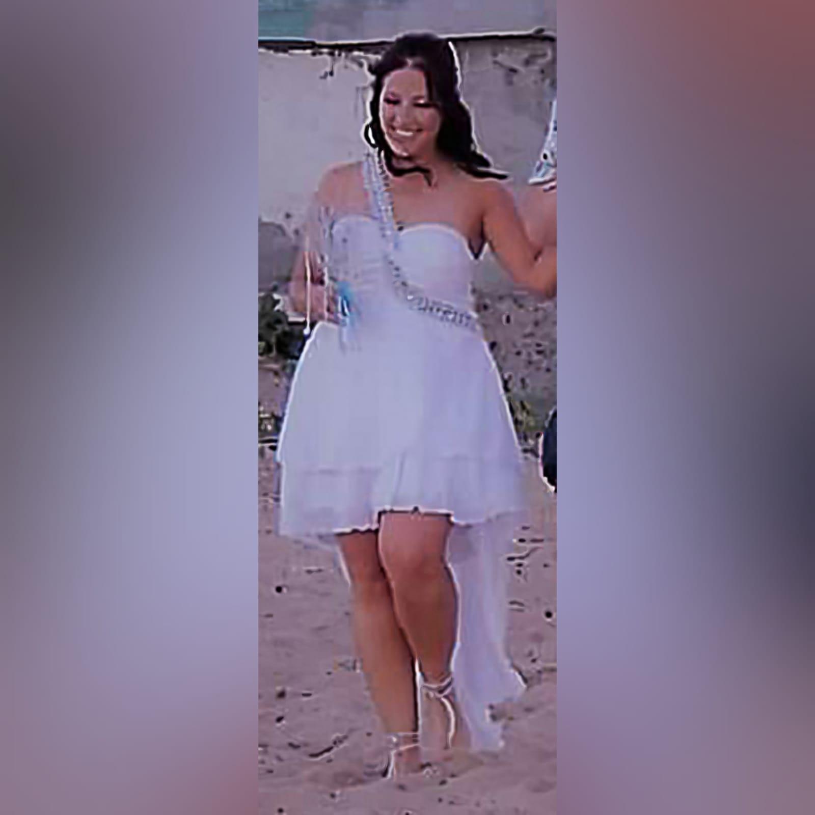 Vestido de casamento de noiva com corpete reunido 2 vestido de casamento de noiva com corpete reunido, com alça de prata em um ângulo da cintura sobre o ombro para trás. Vestido de noiva de chiffon com uma camada dupla hi lo.