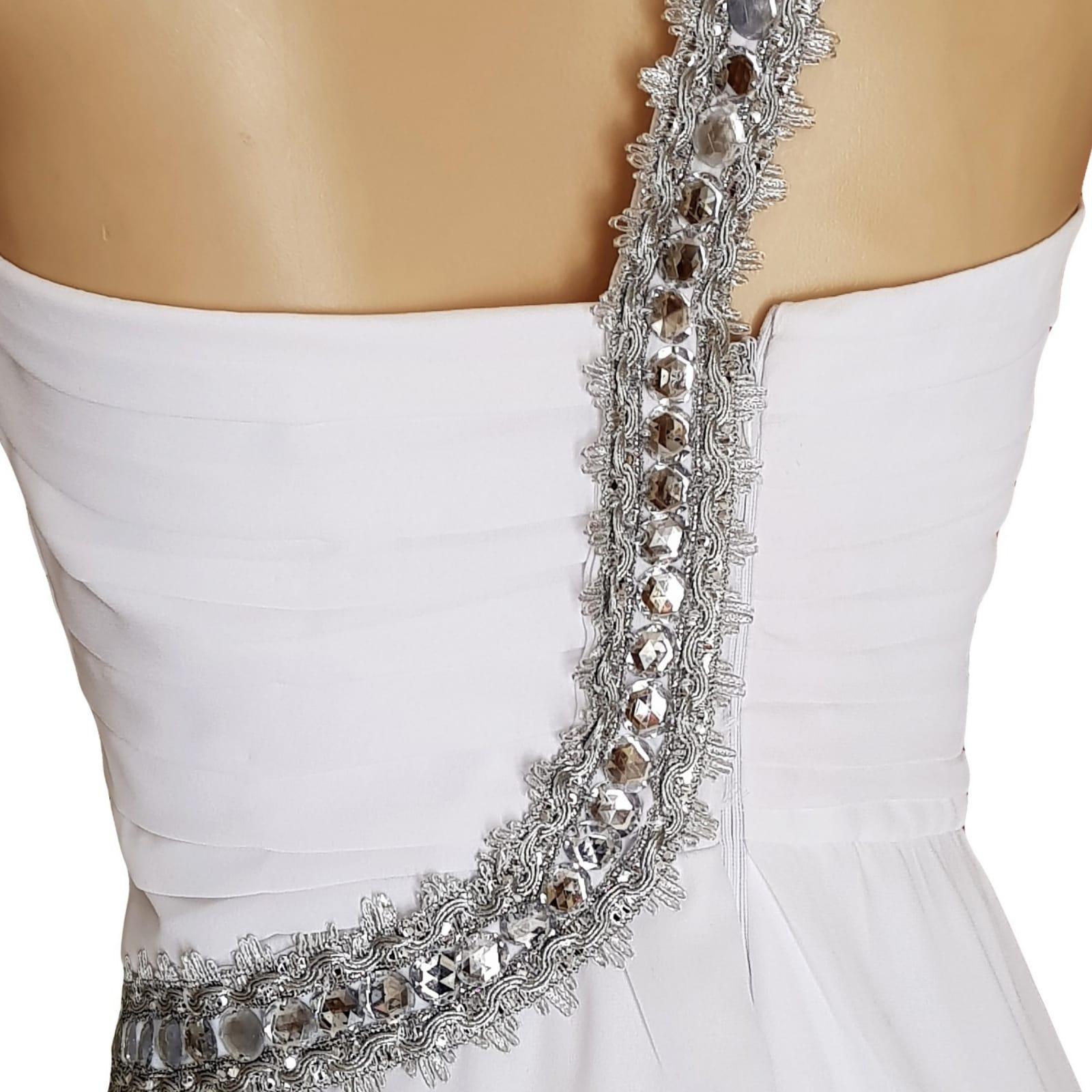 Vestido de casamento de noiva com corpete reunido 7 vestido de casamento de noiva com corpete reunido, com alça de prata em um ângulo da cintura sobre o ombro para trás. Vestido de noiva de chiffon com uma camada dupla hi lo.