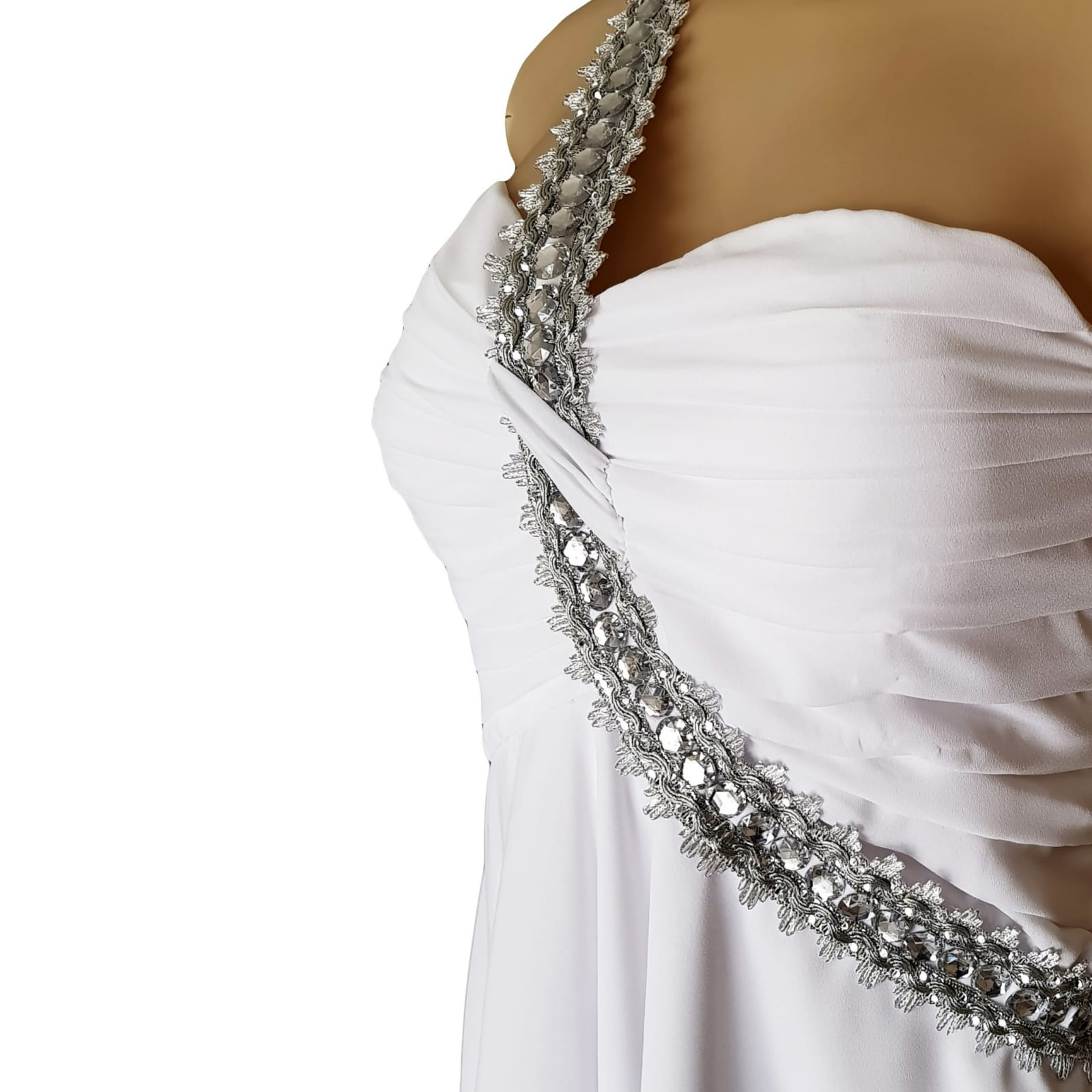 Vestido de casamento de noiva com corpete reunido 6 vestido de casamento de noiva com corpete reunido, com alça de prata em um ângulo da cintura sobre o ombro para trás. Vestido de noiva de chiffon com uma camada dupla hi lo.