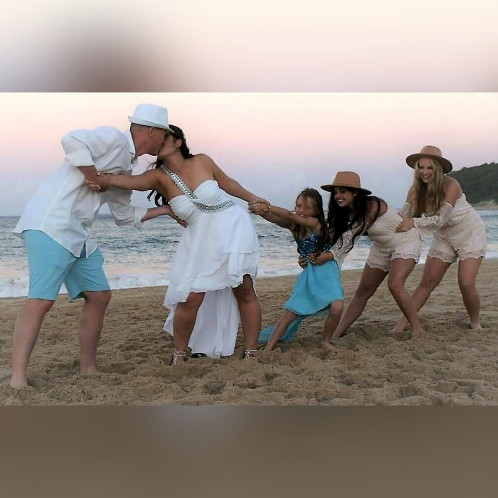 Vestido de casamento de noiva com corpete reunido 3 vestido de casamento de noiva com corpete reunido, com alça de prata em um ângulo da cintura sobre o ombro para trás. Vestido de noiva de chiffon com uma camada dupla hi lo.