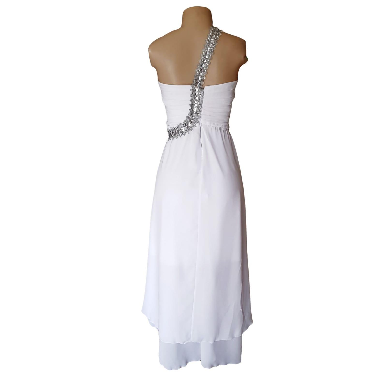 Vestido de casamento de noiva com corpete reunido 5 vestido de casamento de noiva com corpete reunido, com alça de prata em um ângulo da cintura sobre o ombro para trás. Vestido de noiva de chiffon com uma camada dupla hi lo.