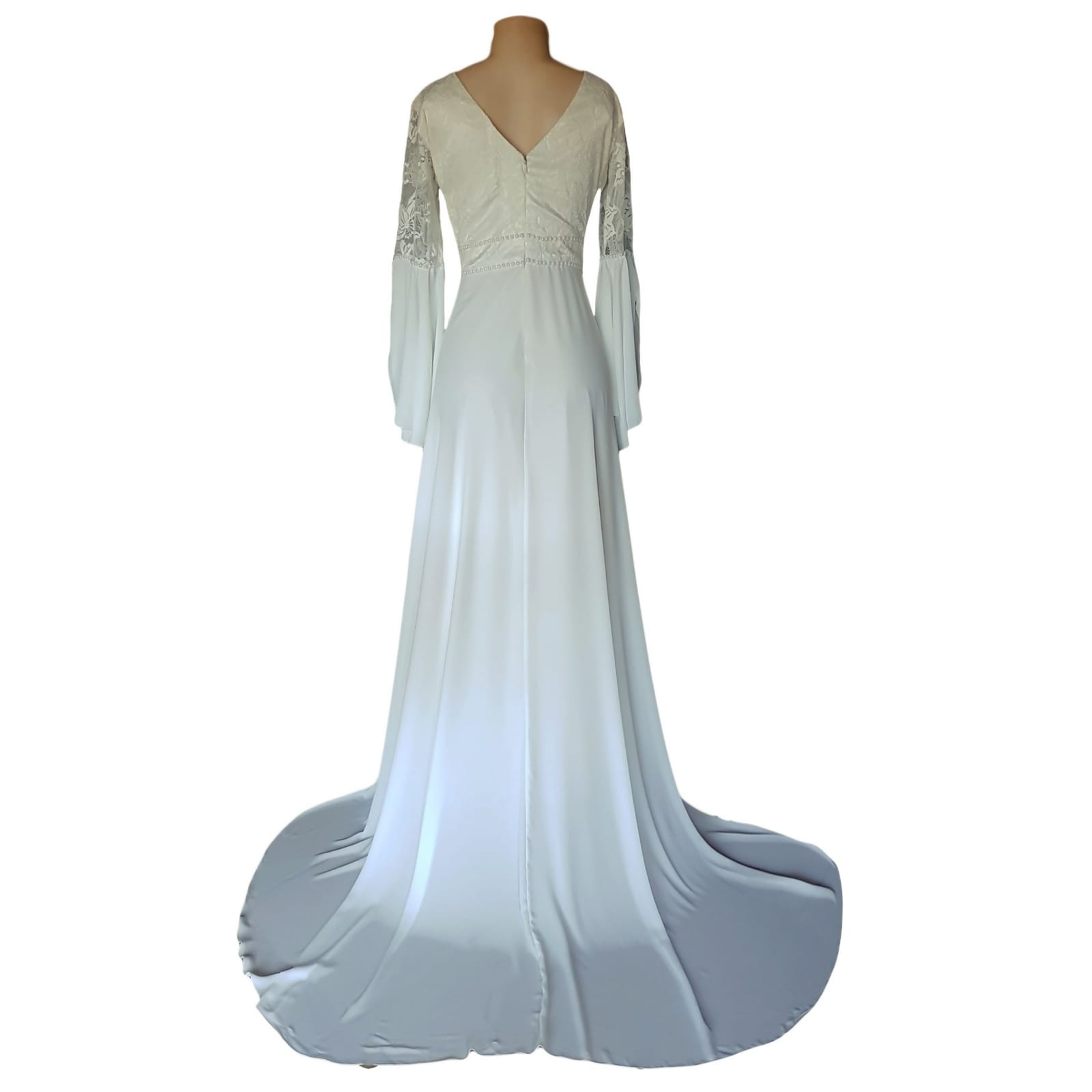 White flowy lace bodice wedding dress 7 white flowy lace bodice wedding dress. With bell sleeve and train. Sleeve and belt detailed with pearls. Stunnning wedding dress awesome for a beach wedding.
