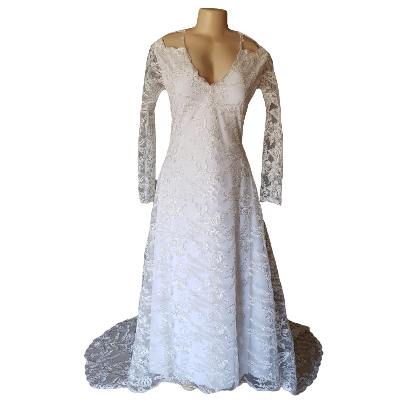 Vestido branco vintage de noiva de renda 6 vestido de noiva longo de renda branco, com decote da frente em v, decote das costas triangular aberto. Mangas longas de renda. Com estilho de ombro com abertura e cauda. Inspirado com estilo vintage.