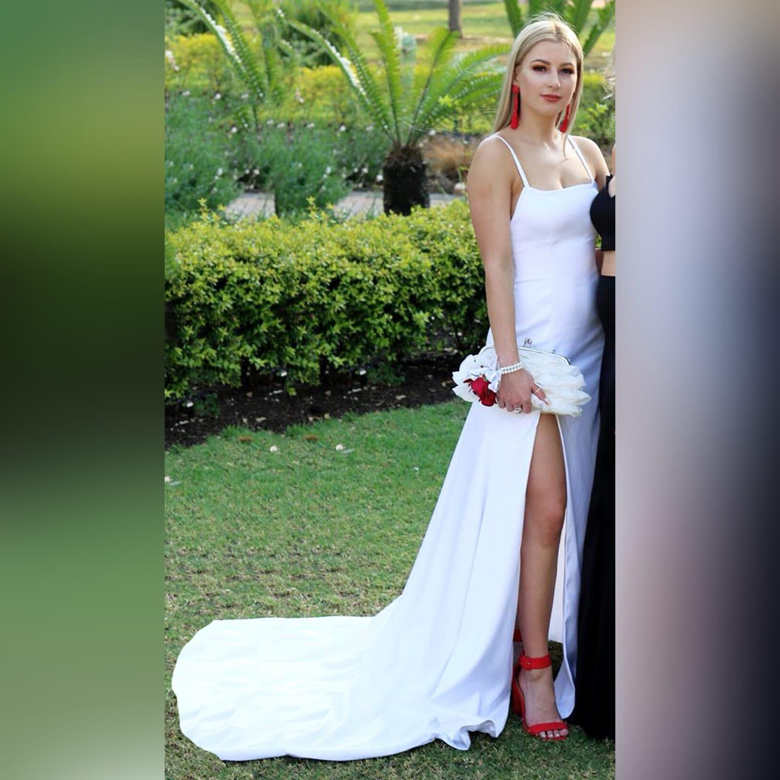 Vestido de finalistas longo de cetim branco com costas abertas 3 vestido de finalistas longo de cetim branco com costas abertas, com detalhe de fitas. Decote reto, 2 fendas e um trem.