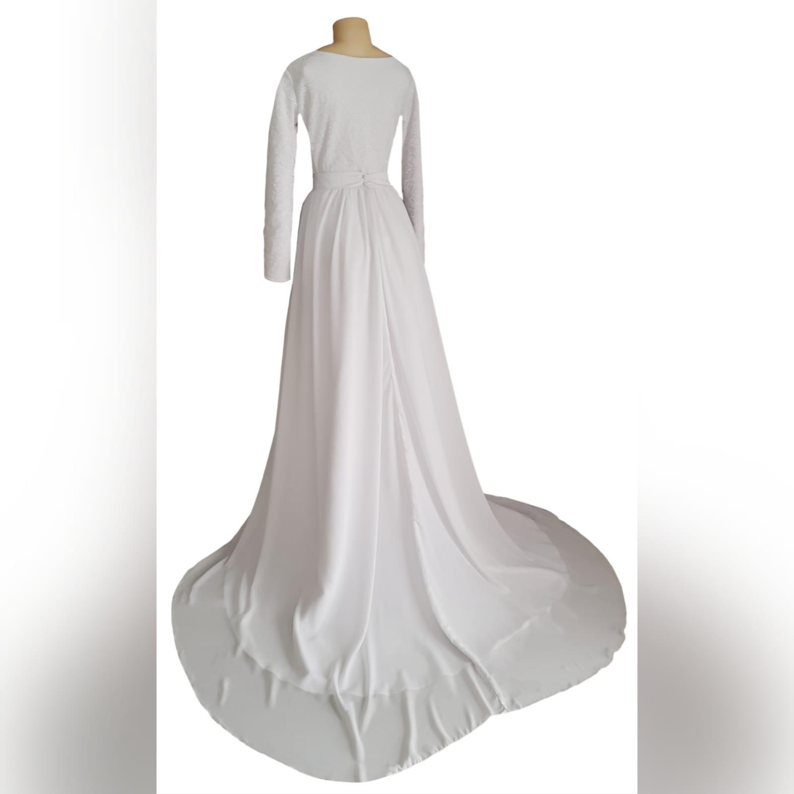 Vestido de noiva simples de 2 peças branco fluido 4 vestido de noiva simples de 2 peças branco fluido. Um corpete bodysuit de renda justo com mangas compridas e decote em jóia. Saia longa larga e fluida, com uma camada de chiffon e uma longa cauda.