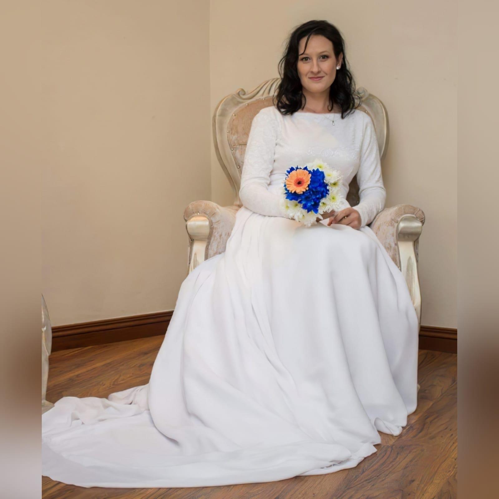 Vestido de noiva simples de 2 peças branco fluido 6 vestido de noiva simples de 2 peças branco fluido. Um corpete bodysuit de renda justo com mangas compridas e decote em jóia. Saia longa larga e fluida, com uma camada de chiffon e uma longa cauda.