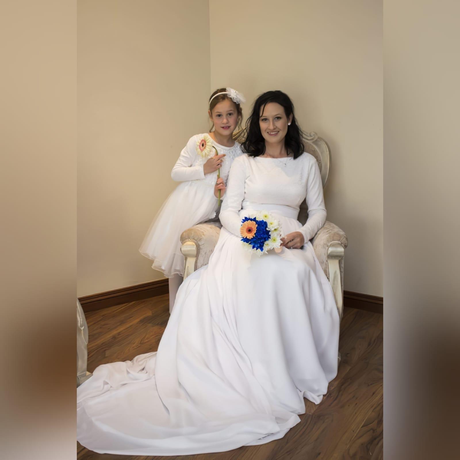 Vestido de noiva simples de 2 peças branco fluido 8 vestido de noiva simples de 2 peças branco fluido. Um corpete bodysuit de renda justo com mangas compridas e decote em jóia. Saia longa larga e fluida, com uma camada de chiffon e uma longa cauda.