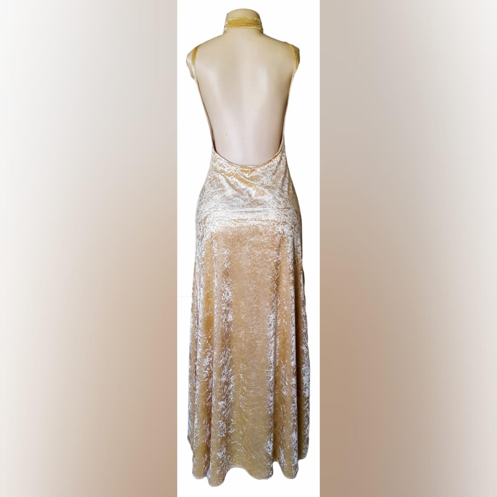 Vestido cerimonia champagne de veludo 4 vestido cerimonia champagne de veludo com decote v, costas abertas arredondadas com uma racha e gargantilha correspondente.