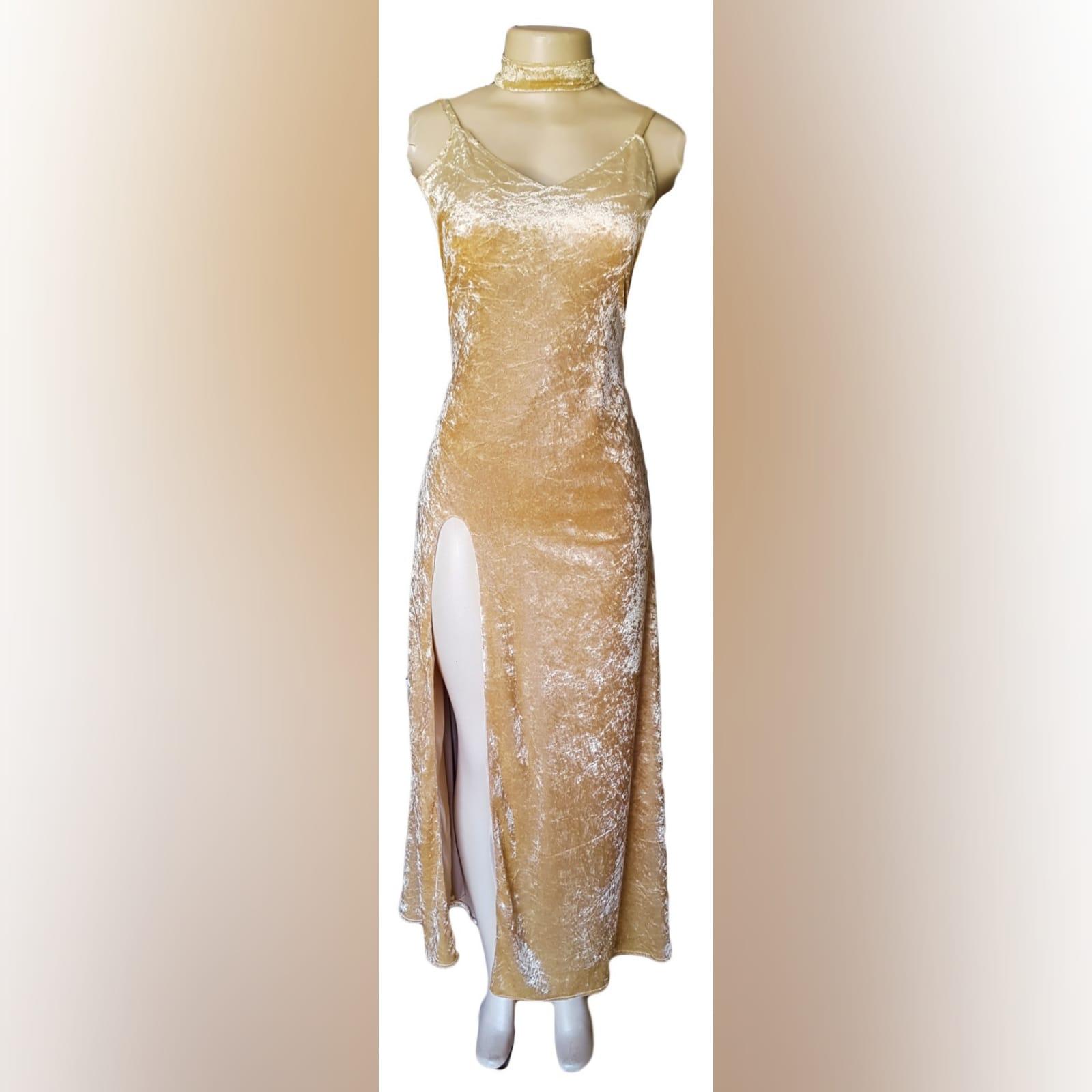 Vestido cerimonia champagne de veludo 2 vestido cerimonia champagne de veludo com decote v, costas abertas arredondadas com uma racha e gargantilha correspondente.