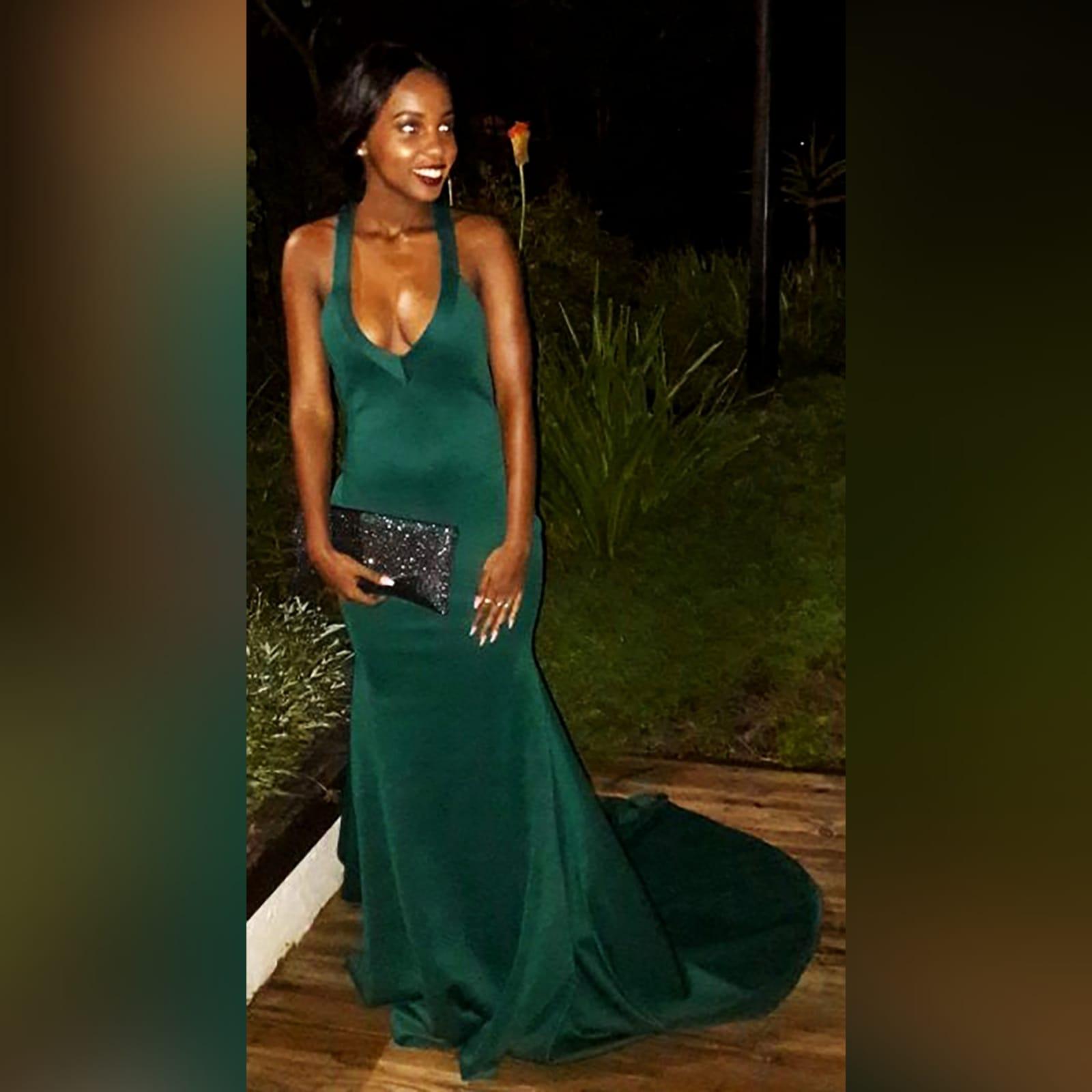 Vestido finalistas verde esmeralda sereia 4 vestido finalistas verde esmeralda sereia, com decote em v, costas abertas baixas em forma v com detalhe de pinças.