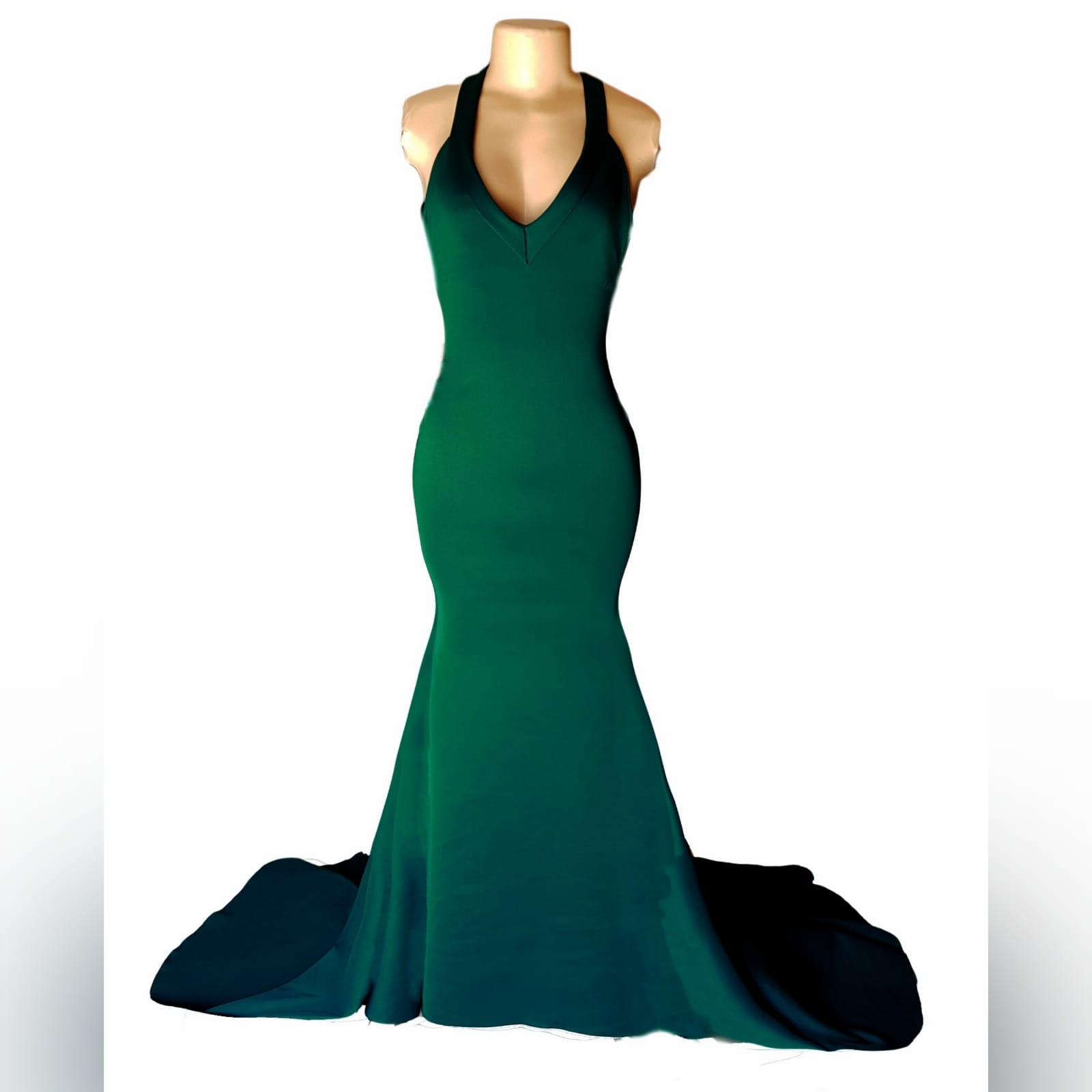 Vestido finalistas verde esmeralda sereia 5 vestido finalistas verde esmeralda sereia, com decote em v, costas abertas baixas em forma v com detalhe de pinças.