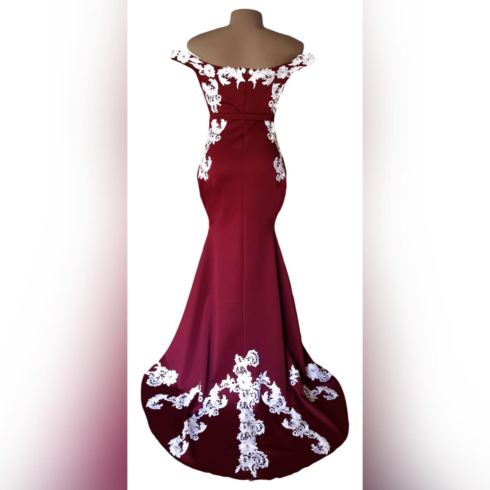Vestido finalistas cor vinho e branco sereia 2 vestido finalistas cor vinho e branco sereia. Com corpete, ancas e cauda detalhada com apliques de renda branca.