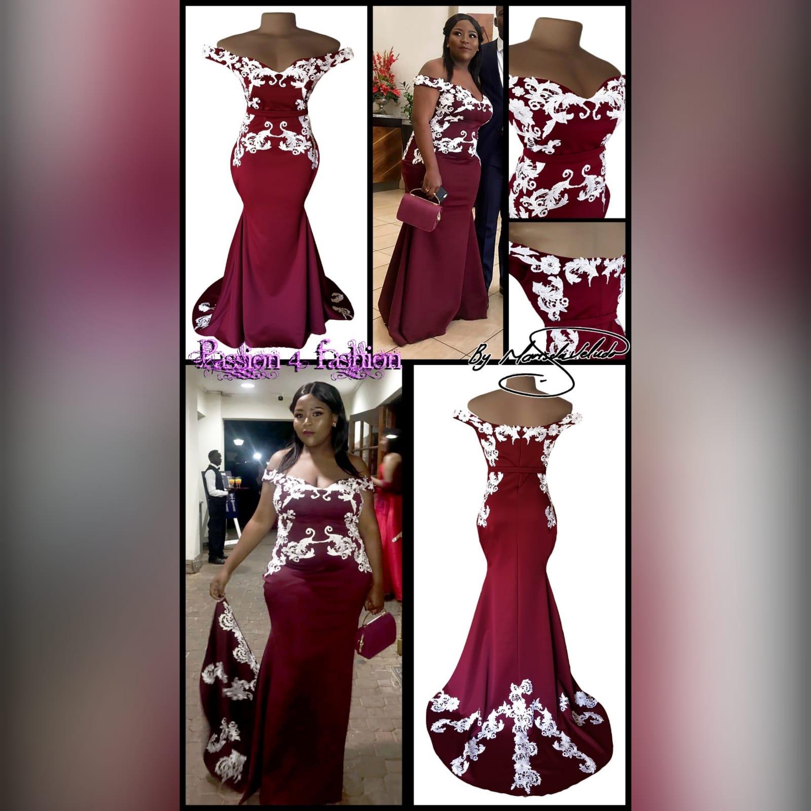 Vestido finalistas cor vinho e branco sereia 3 vestido finalistas cor vinho e branco sereia. Com corpete, ancas e cauda detalhada com apliques de renda branca.