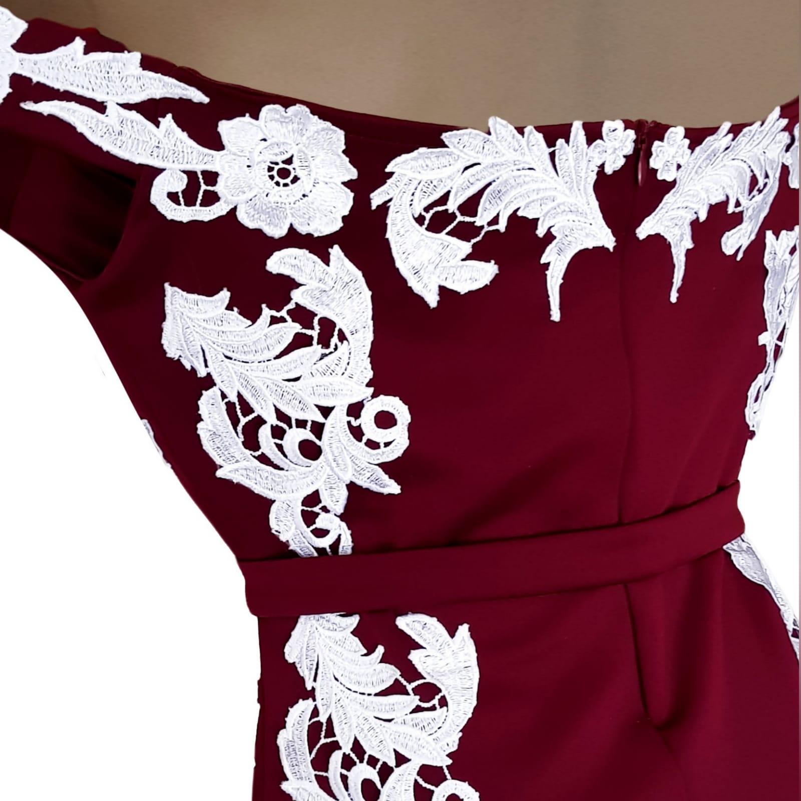 Vestido finalistas cor vinho e branco sereia 6 vestido finalistas cor vinho e branco sereia. Com corpete, ancas e cauda detalhada com apliques de renda branca.