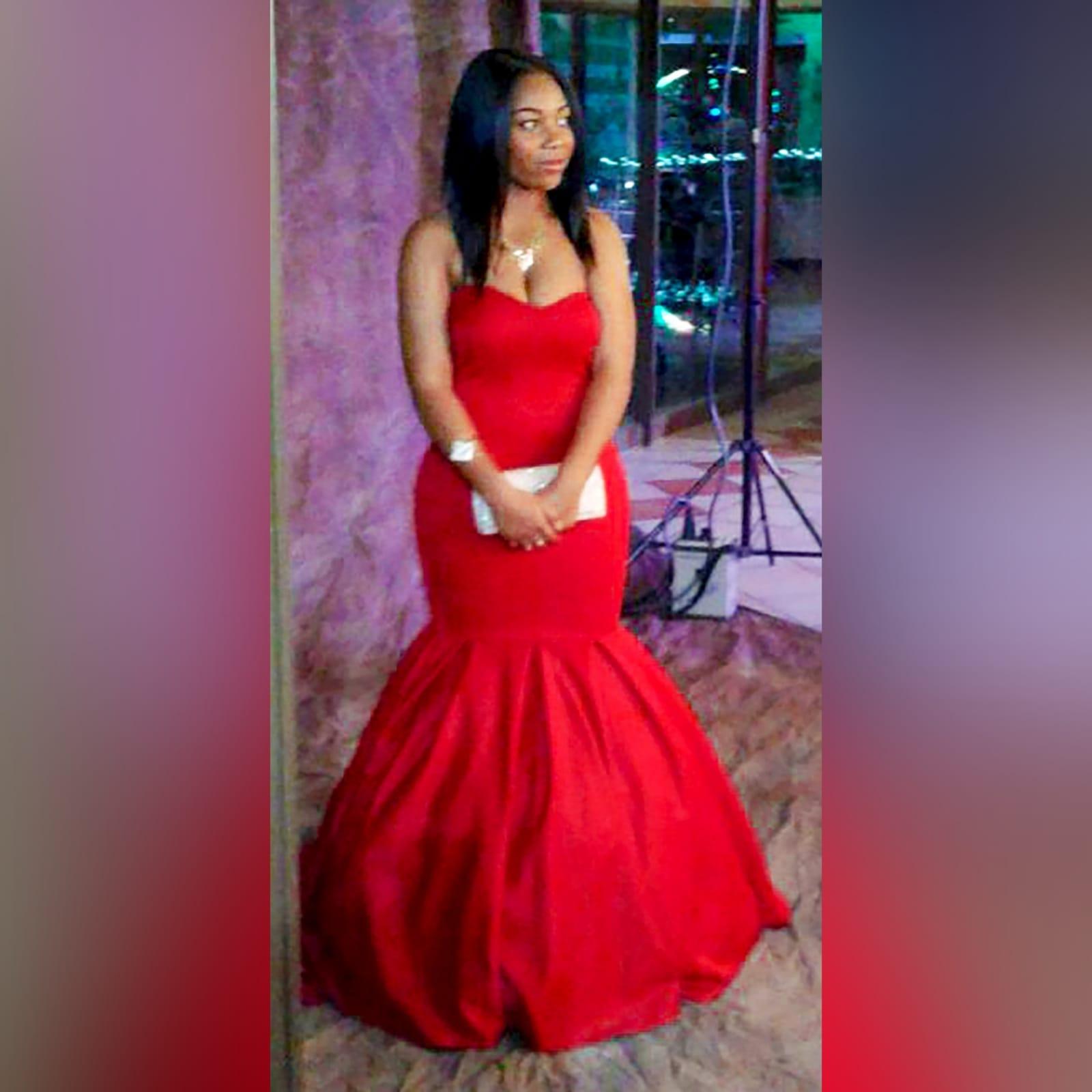 Vestido caicai sereia vermelho de finalistas 1 vestido caicai sereia vermelho de finalistas com um decote coração e fundo com volume e uma cauda
