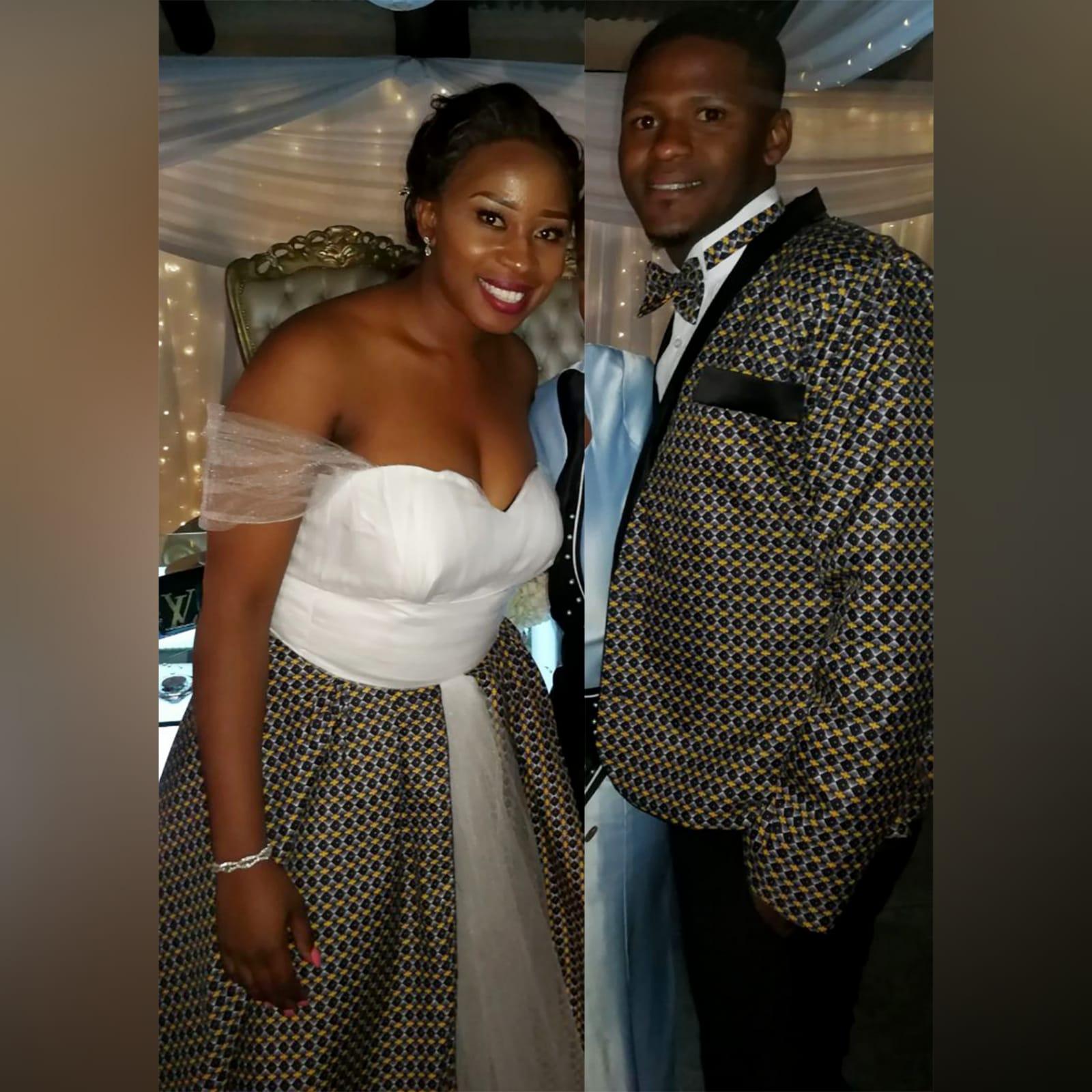 Vestido de noiva tradicional africano branco e castanho 4 vestido de noiva tradicional africano branco e castanho. Decote coração, alças fora de ombro em tule, com uma saia em tule e uma sobreposição de tecido tradicional africano. Casaco do noivo combinando e gravata-borboleta
