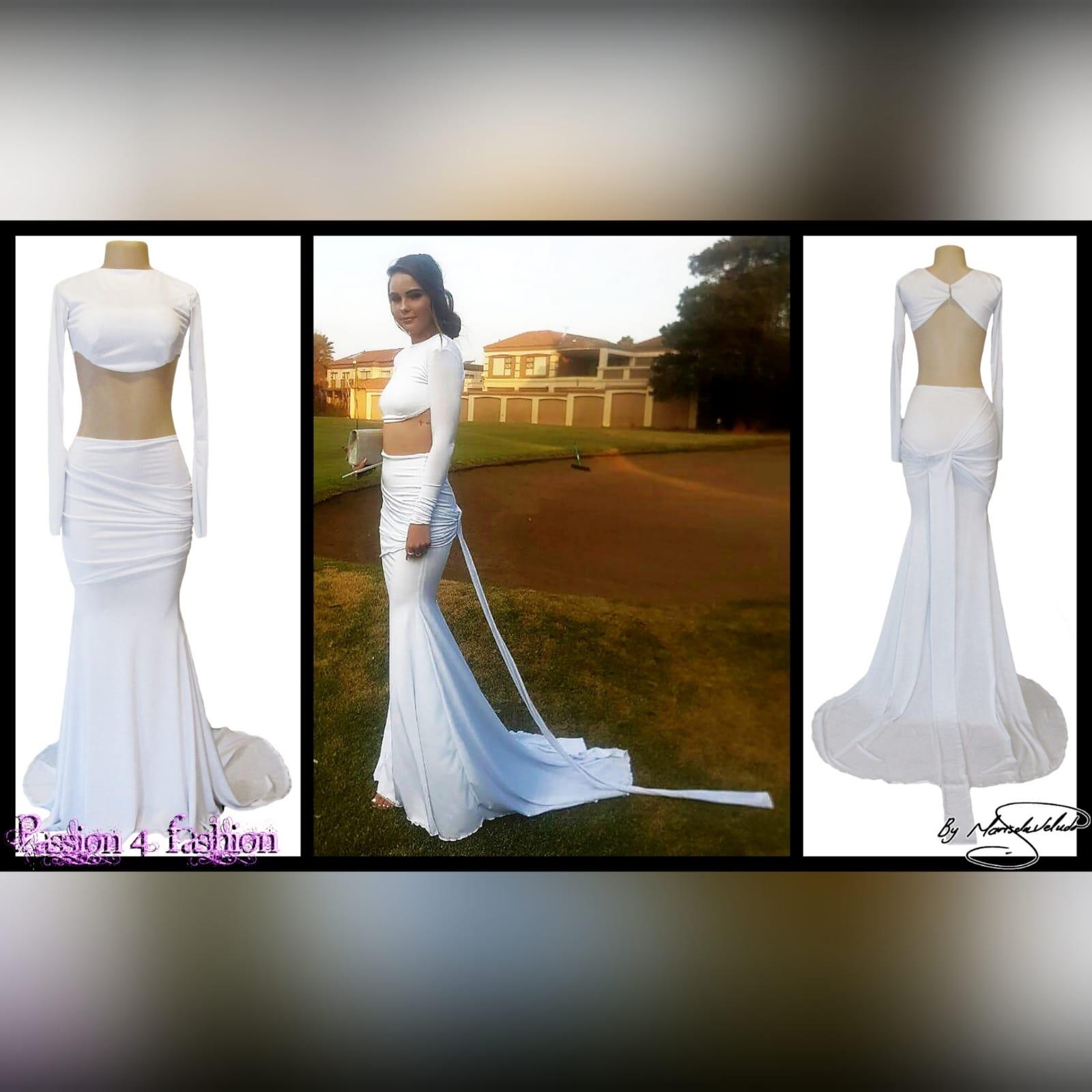 Vestido branco de 2 peças formal 2 vestido branco de 2 peças formal com top curto, mangas compridas, saia estilo sereia com ancas plissadas e uma cauda.