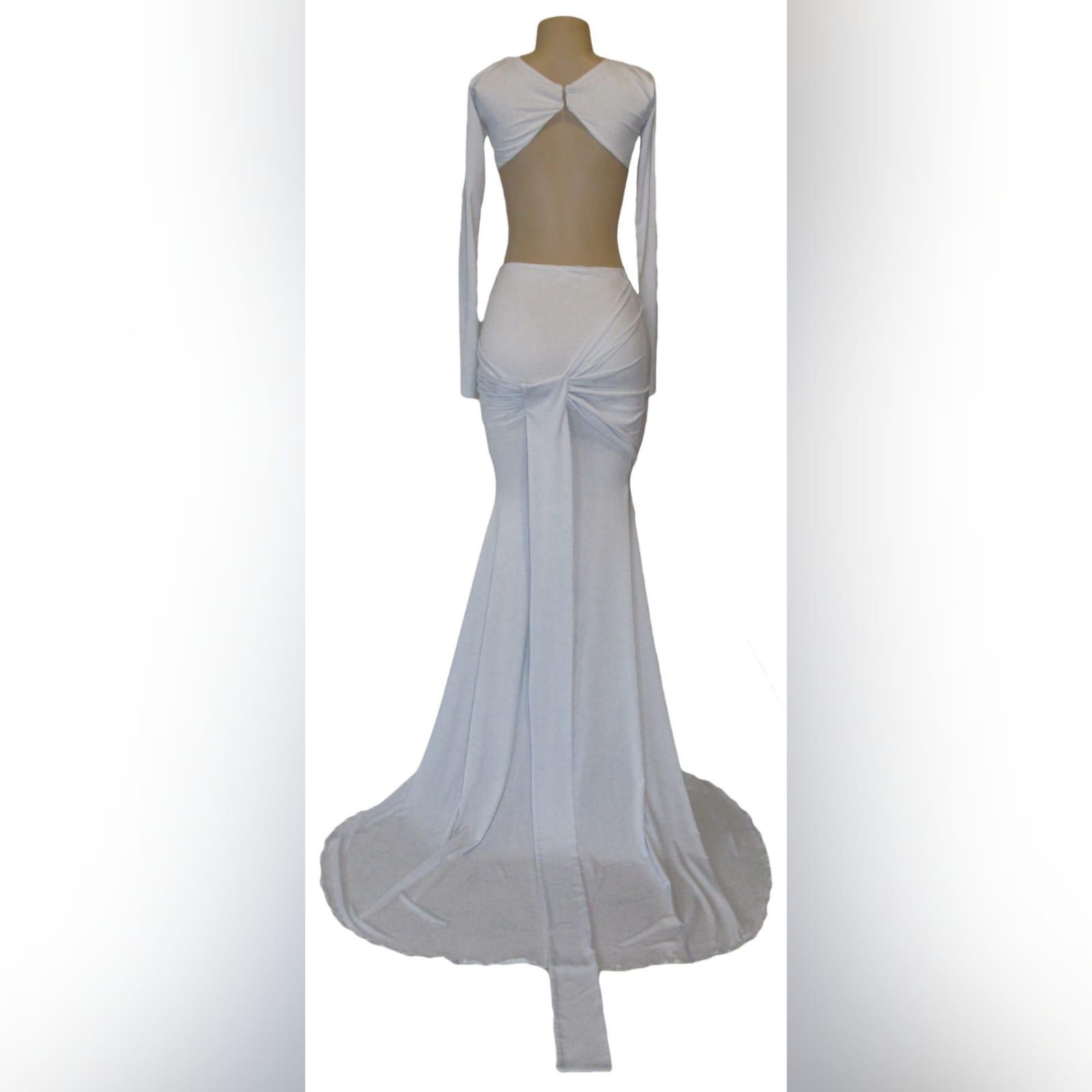 Vestido branco de 2 peças formal 4 vestido branco de 2 peças formal com top curto, mangas compridas, saia estilo sereia com ancas plissadas e uma cauda.