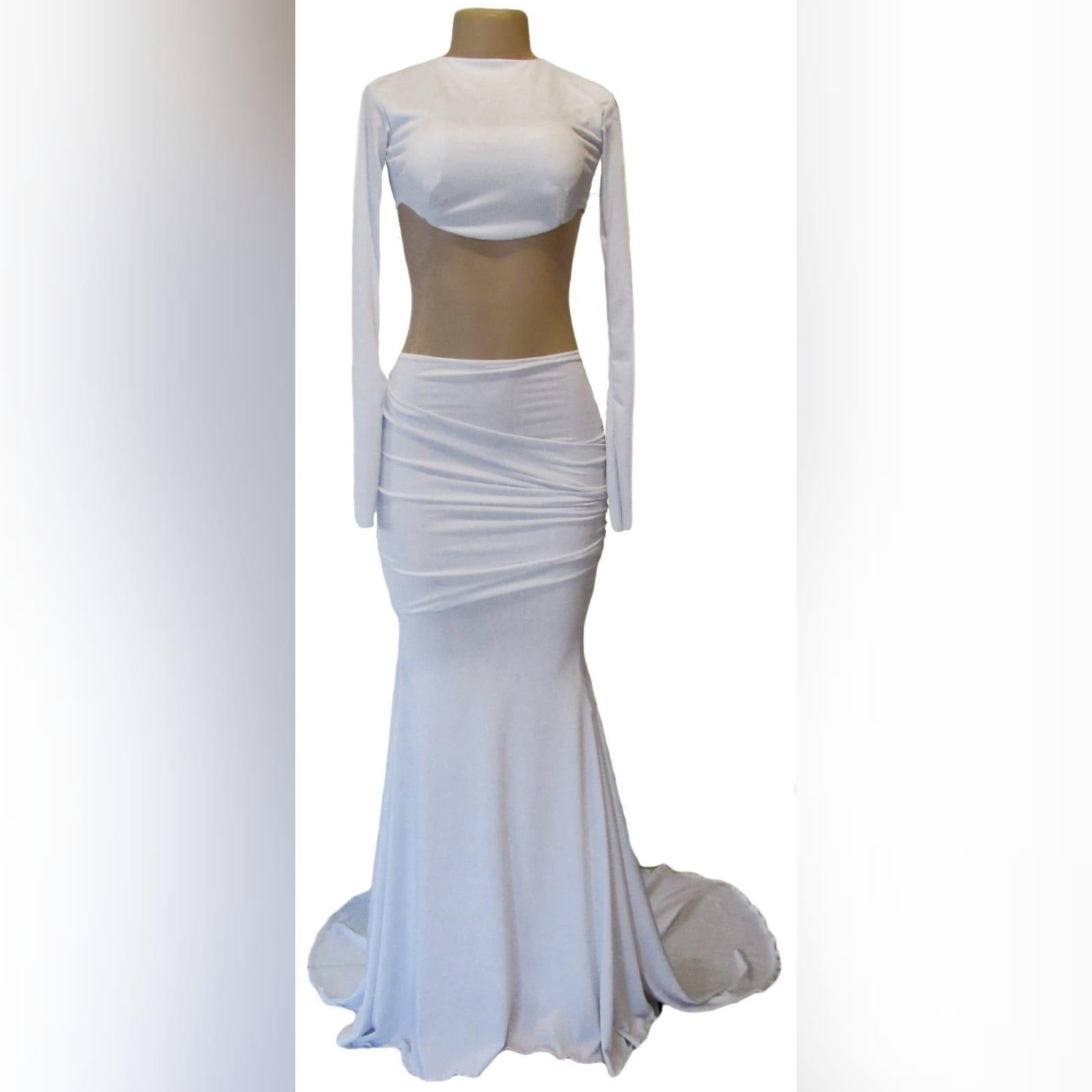 Vestido branco de 2 peças formal 5 vestido branco de 2 peças formal com top curto, mangas compridas, saia estilo sereia com ancas plissadas e uma cauda.