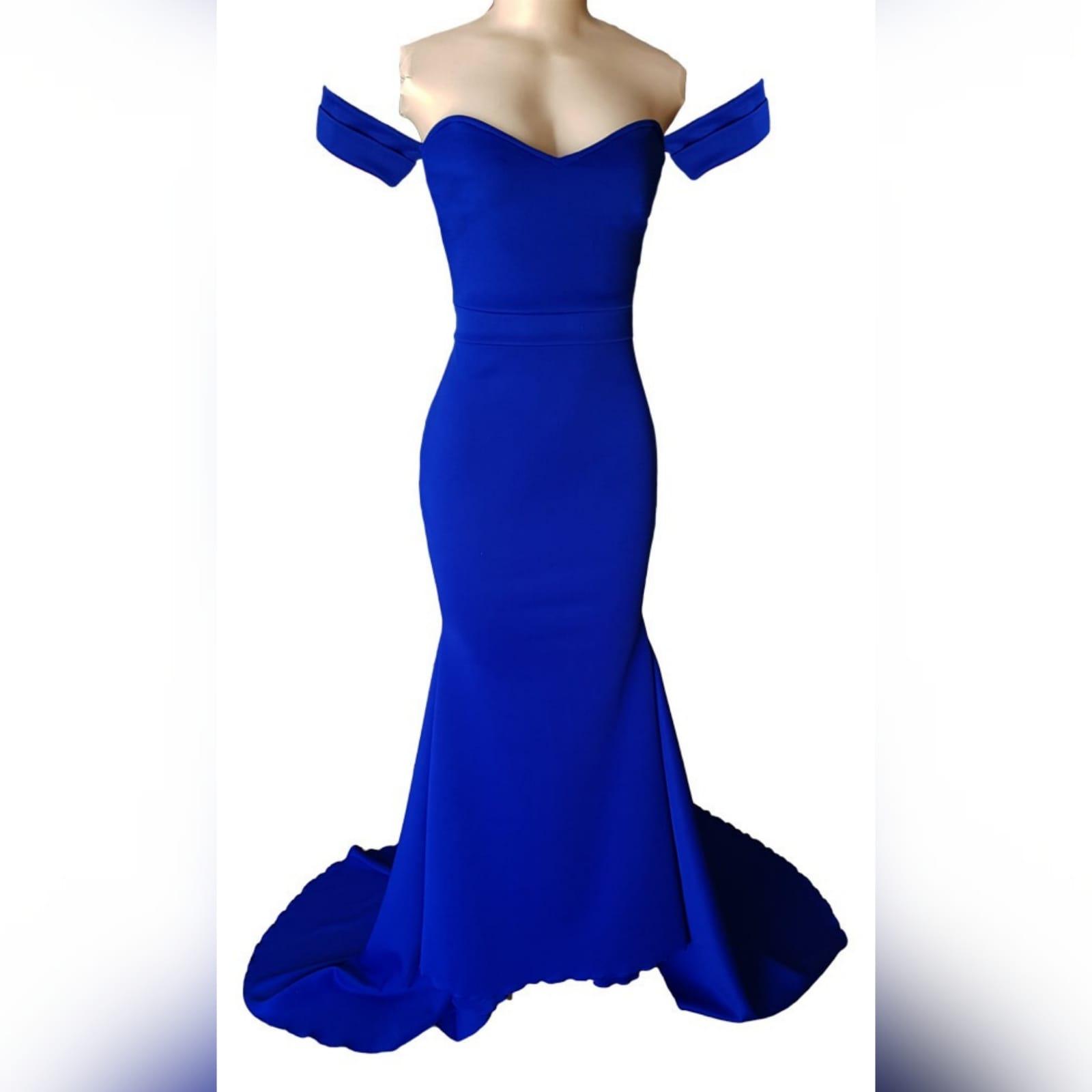 Vestido sereia suave em azul royal modelo simples 4 um vestido sereia suave em azul royal, modelo simples criado para um baile de debutantes. Com um decote moderno fora do ombro e mangas curtas fora do ombro. Um efeito de cinto para marcar cintura e uma cauda para adicionar um visual um pouco dramático.