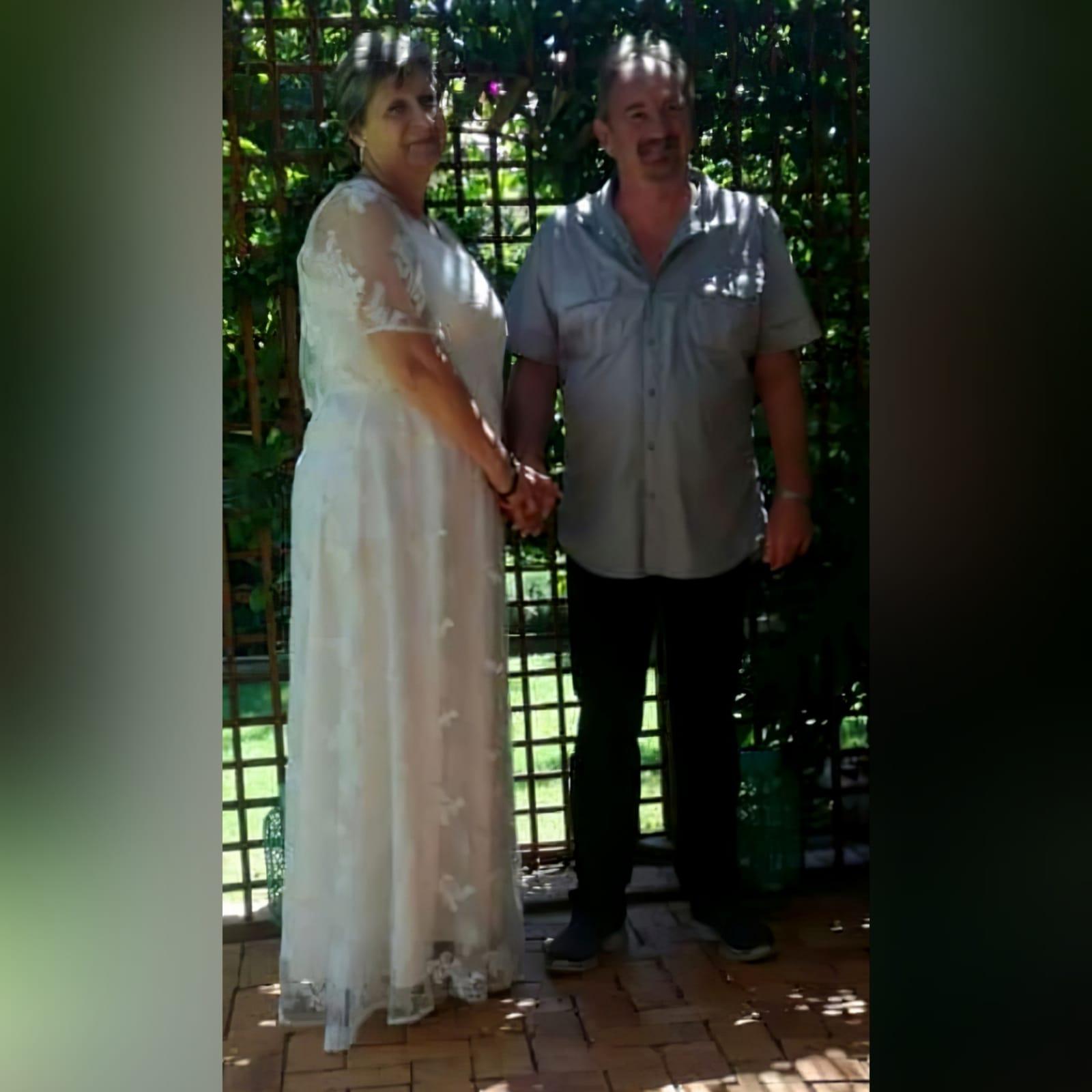 Vestido de casamento é simples e elegante em renda branca 4 vestido de noiva projetado e feito para minha cliente em africa do sul johannesburg. Este vestido de casamento é simples e elegante em renda branca. Com decote em v e mangas largas em forma de sino translúcida.