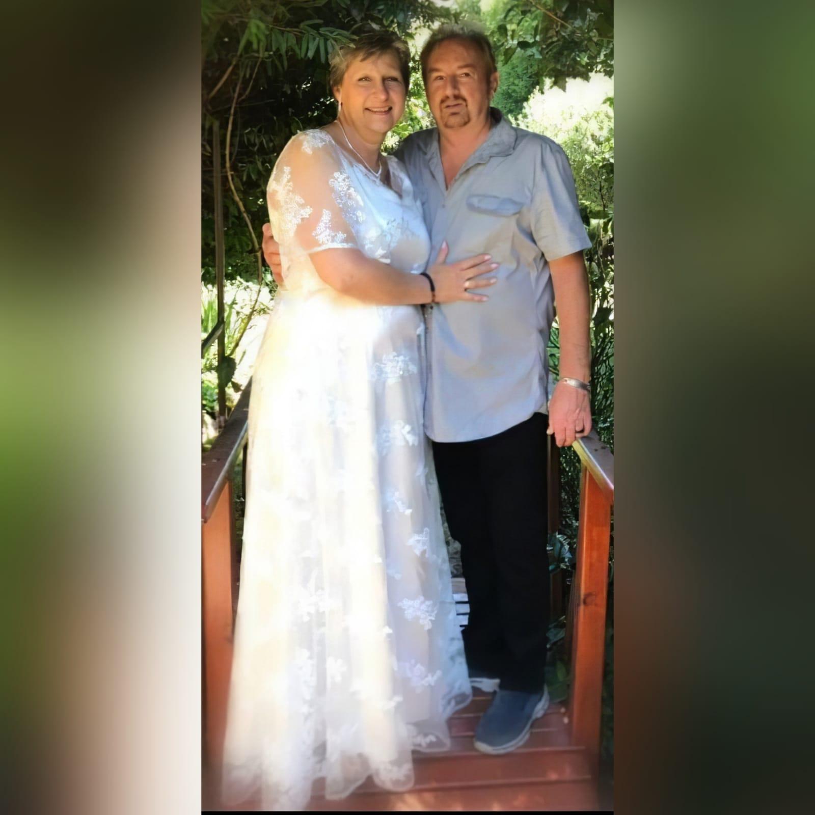 Vestido de casamento é simples e elegante em renda branca 3 vestido de noiva projetado e feito para minha cliente em africa do sul johannesburg. Este vestido de casamento é simples e elegante em renda branca. Com decote em v e mangas largas em forma de sino translúcida.
