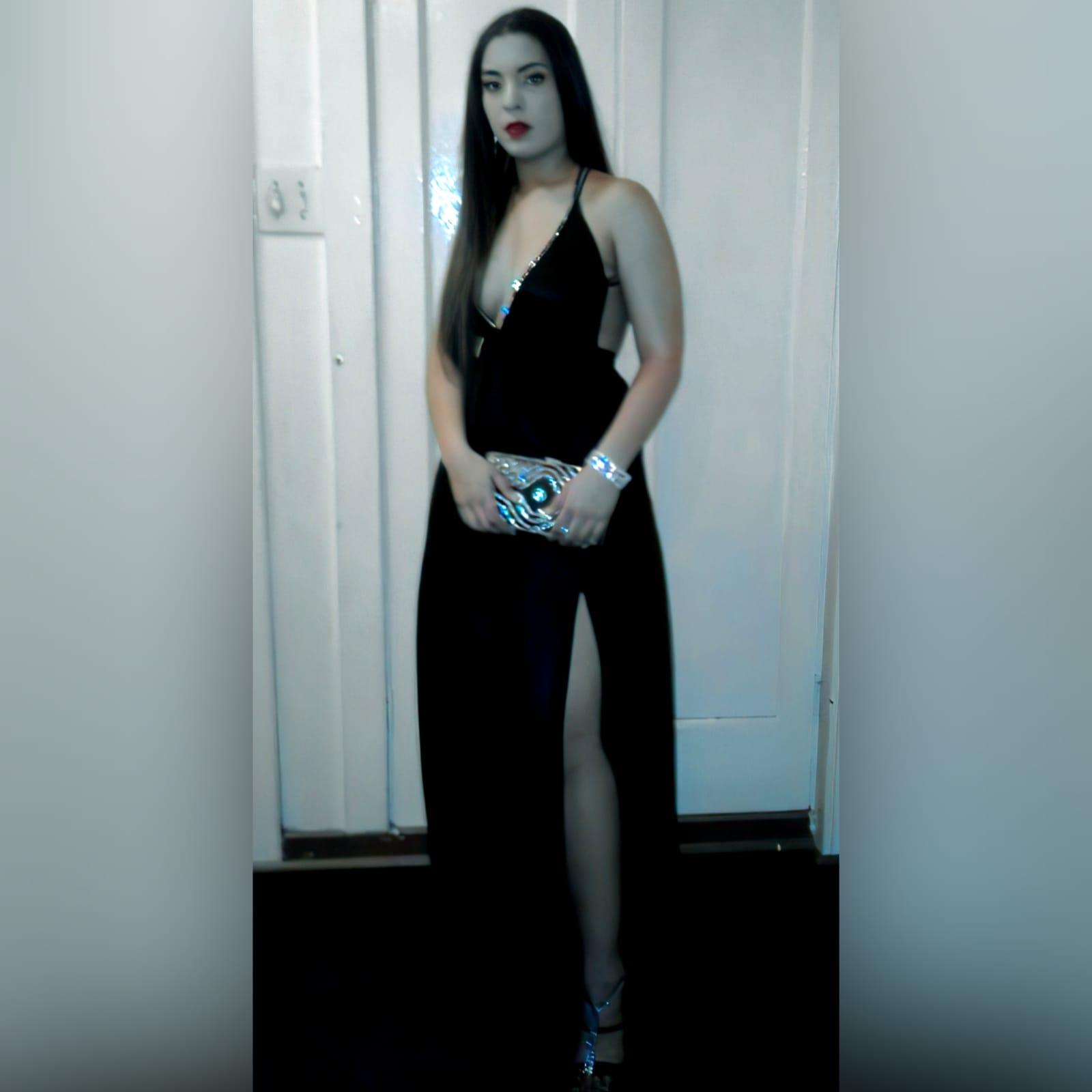 Vestido de cerimônia com decote profundo preto sexy 1 sexy black plunging neckline prom dress, with a naked back, crossed straps detailed with diamante and a slit