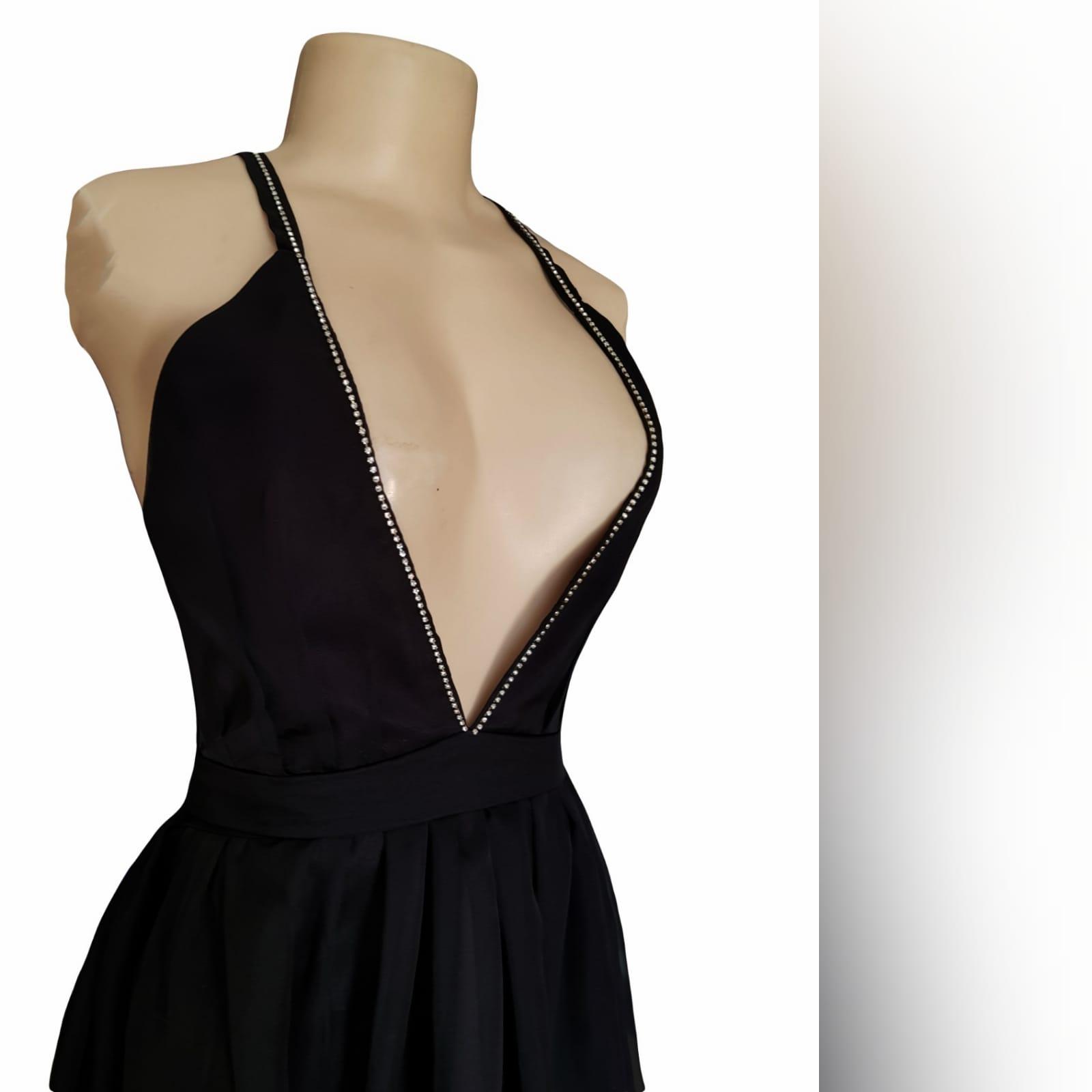 Vestido de cerimônia com decote profundo preto sexy 5 sexy black plunging neckline prom dress, with a naked back, crossed straps detailed with diamante and a slit