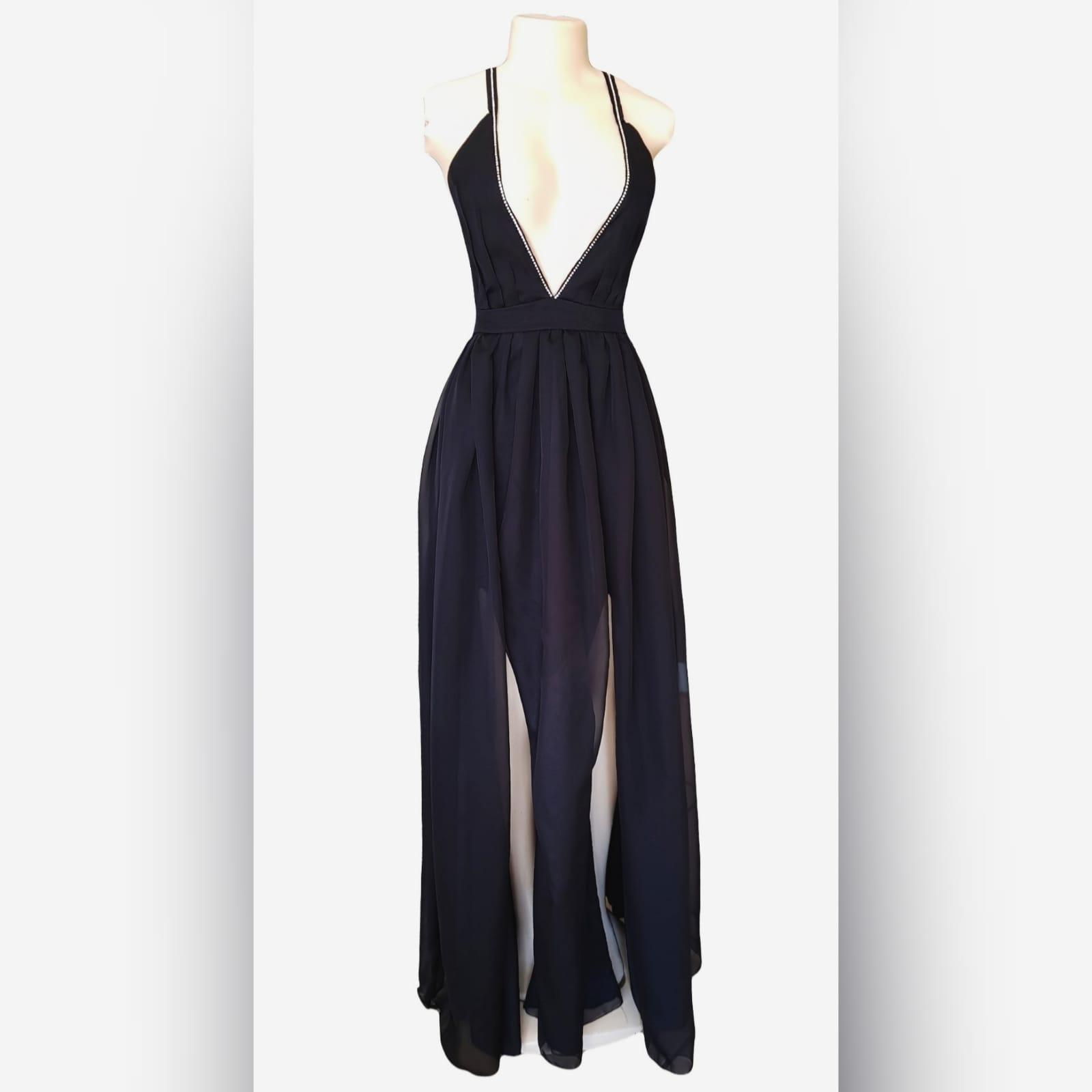 Vestido de cerimônia com decote profundo preto sexy 7 sexy black plunging neckline prom dress, with a naked back, crossed straps detailed with diamante and a slit