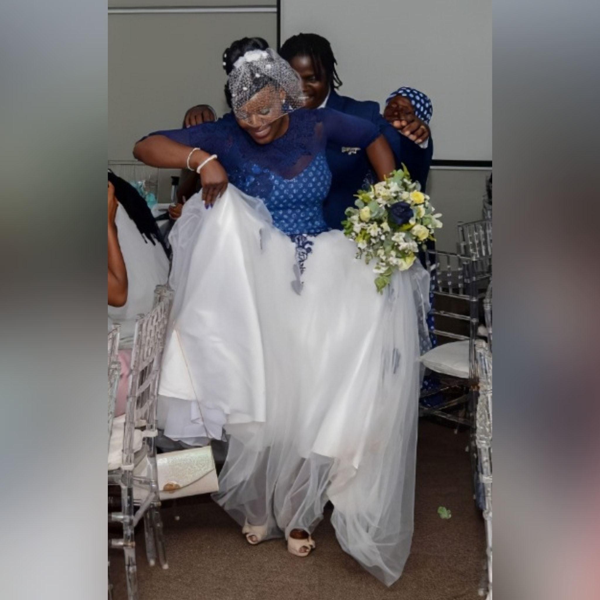 Vestido de noiva tradicional africano moderno 4 vestido de noiva tradicional africano moderno criado para o dia especial da minha cliente. Com corpete tradicional em estampado azul detalhado com rendas, miçangas e pérolas. Fundo em tule branco com um toque de detalhe de renda azul. Com decote de ilusão e mangas. E um véu capacete vintage. #vestidodecasamento #casamentotradicional #tradiçãoafricana #noivatradicional #vestidodenoivaafricano #paixaopormoda