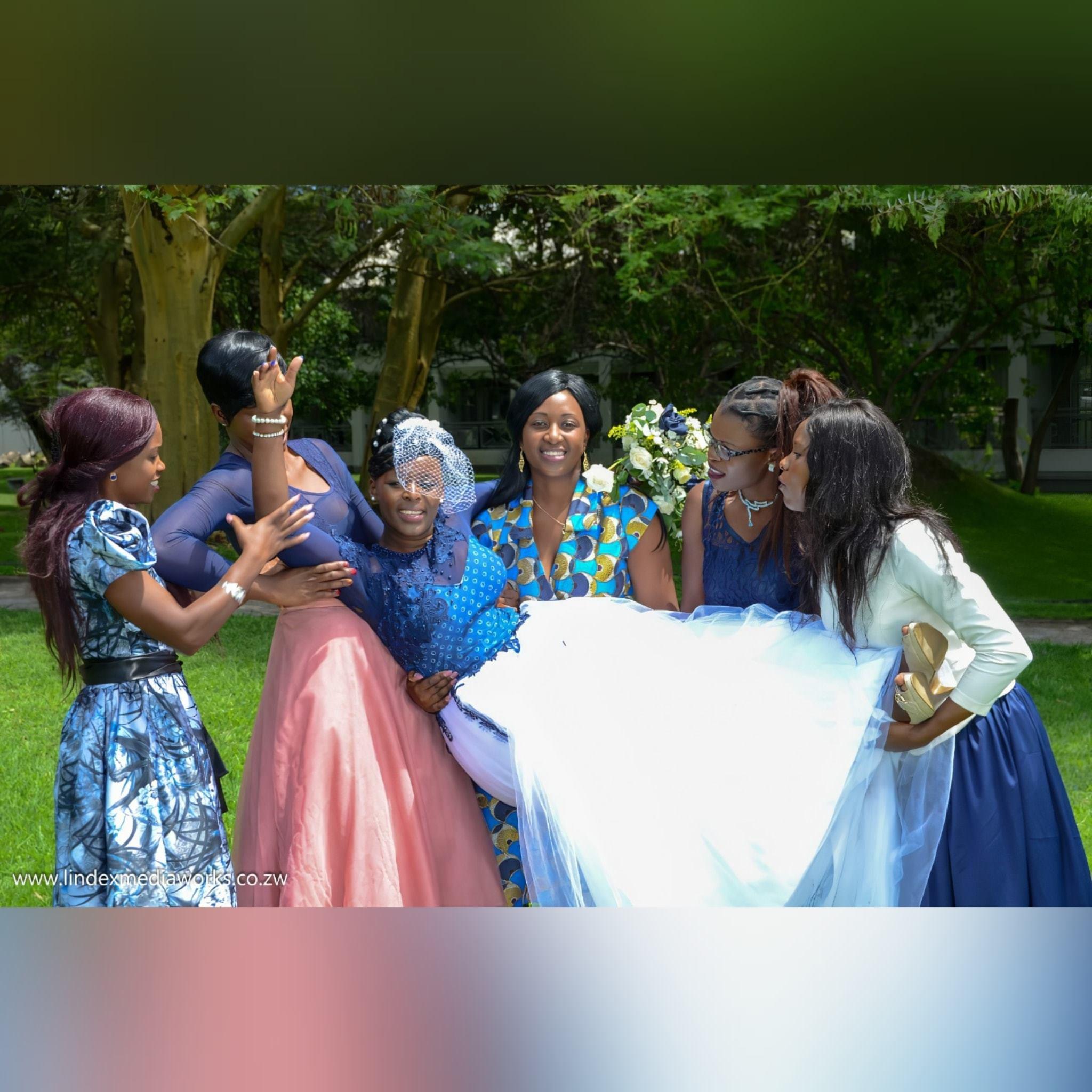 Vestido de noiva tradicional africano moderno 6 vestido de noiva tradicional africano moderno criado para o dia especial da minha cliente. Com corpete tradicional em estampado azul detalhado com rendas, miçangas e pérolas. Fundo em tule branco com um toque de detalhe de renda azul. Com decote de ilusão e mangas. E um véu capacete vintage. #vestidodecasamento #casamentotradicional #tradiçãoafricana #noivatradicional #vestidodenoivaafricano #paixaopormoda