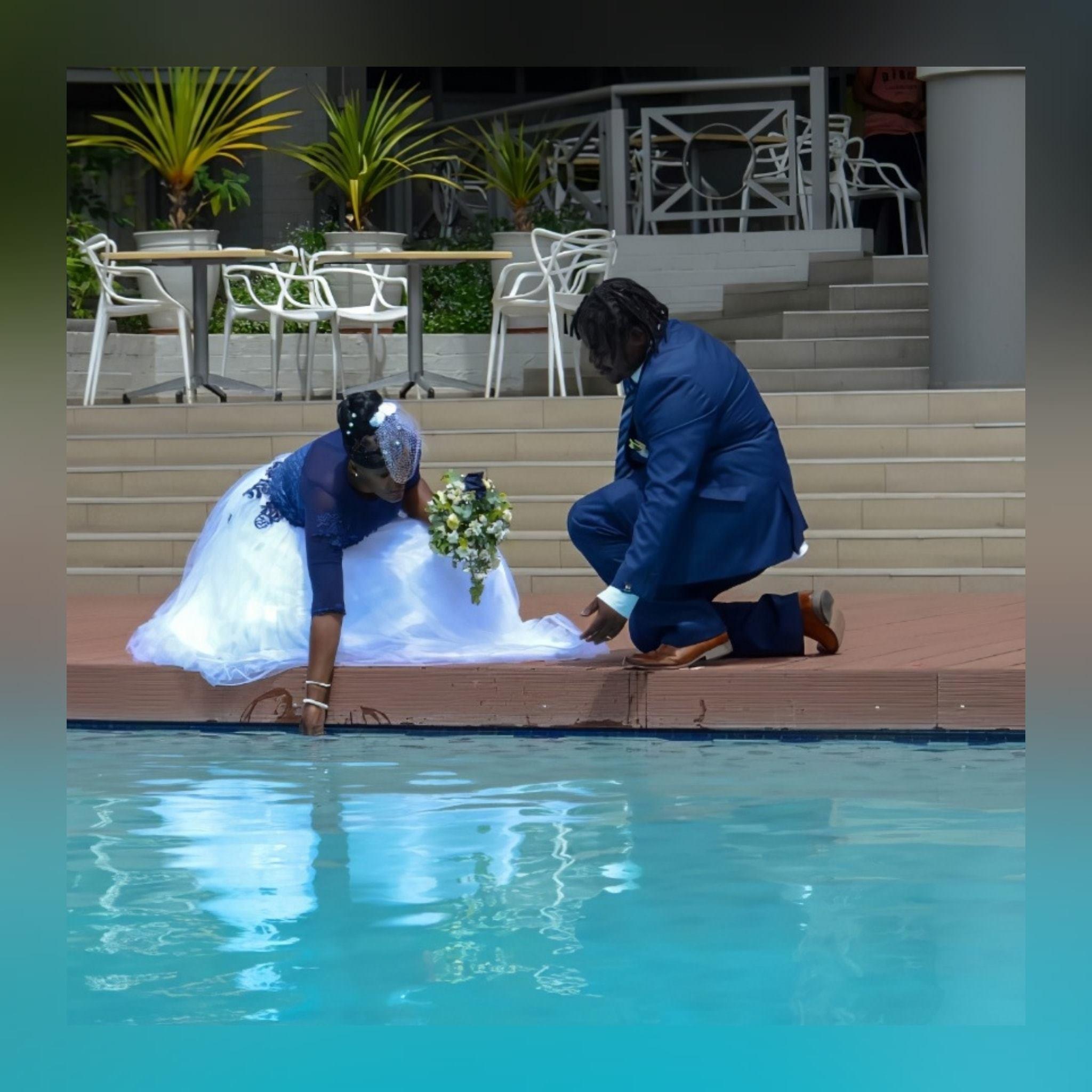 Vestido de noiva tradicional africano moderno 7 vestido de noiva tradicional africano moderno criado para o dia especial da minha cliente. Com corpete tradicional em estampado azul detalhado com rendas, miçangas e pérolas. Fundo em tule branco com um toque de detalhe de renda azul. Com decote de ilusão e mangas. E um véu capacete vintage. #vestidodecasamento #casamentotradicional #tradiçãoafricana #noivatradicional #vestidodenoivaafricano #paixaopormoda