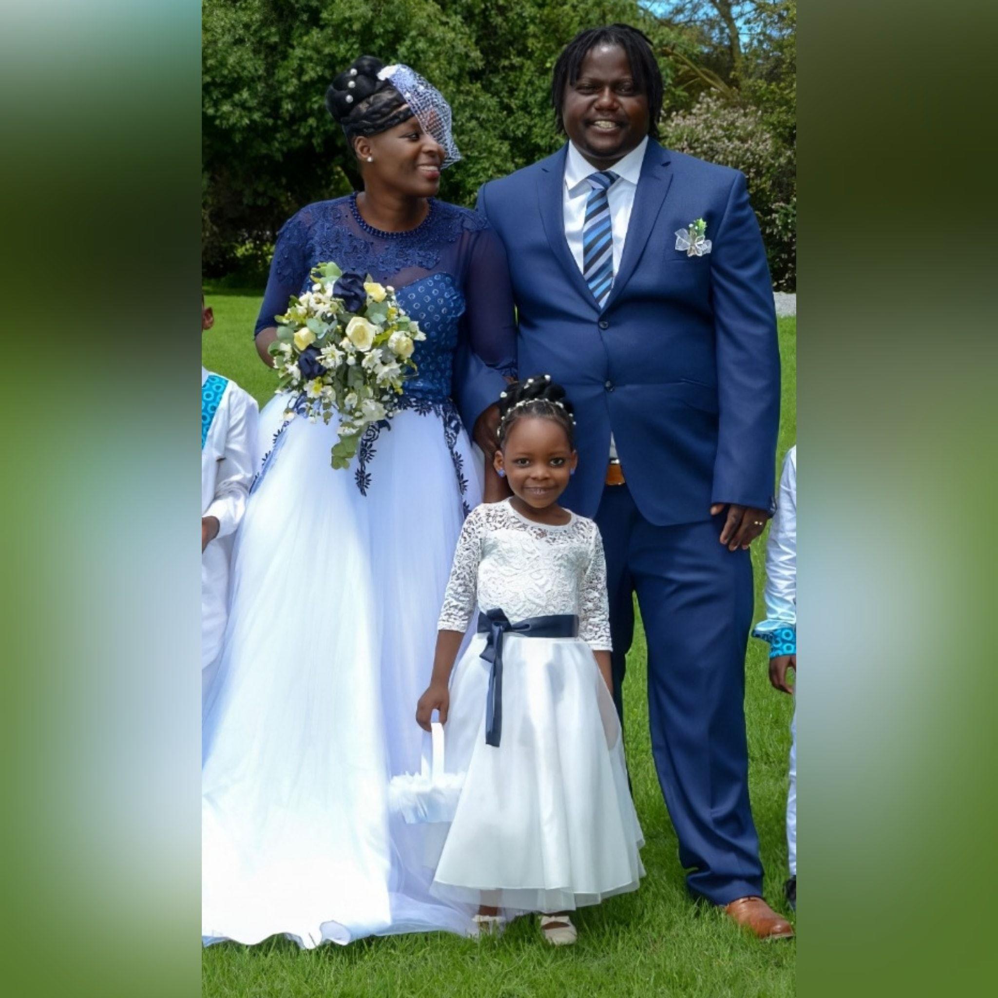 Vestido de noiva tradicional africano moderno 8 vestido de noiva tradicional africano moderno criado para o dia especial da minha cliente. Com corpete tradicional em estampado azul detalhado com rendas, miçangas e pérolas. Fundo em tule branco com um toque de detalhe de renda azul. Com decote de ilusão e mangas. E um véu capacete vintage. #vestidodecasamento #casamentotradicional #tradiçãoafricana #noivatradicional #vestidodenoivaafricano #paixaopormoda