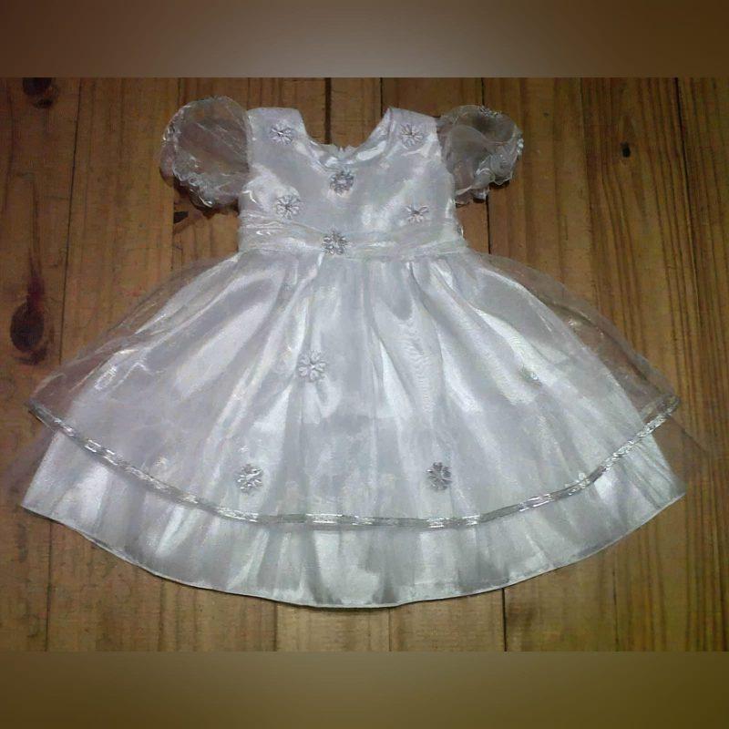 Vestido de batizado branco com detalhes prateados